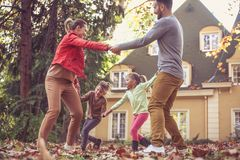 De holding overhandigt familie die buiten spelen In beweging Stock Foto's