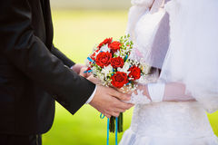 De holding overhandigt jonggehuwden Royalty-vrije Stock Foto
