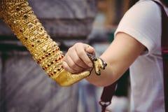De holding overhandigt Kind Royalty-vrije Stock Afbeelding