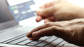 De holding van de close-uphand en het gebruiken van creditcard het typen op toetsenbordlaptop4k lengte stock footage
