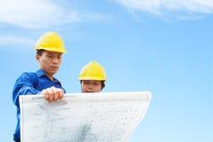 De holding van de contractant de bouwplan stock fotografie