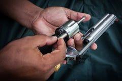 De holding van de handmens toont de cilinder van de kanonopslag magmun 357 Royalty-vrije Stock Afbeelding
