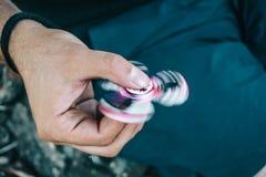 De holding van de mensenhand friemelt spinnerstuk speelgoed royalty-vrije stock foto's