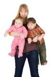 De holding van de moeder met haar zonen Stock Foto's