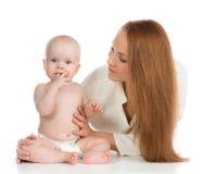 De holding van de moedervrouw in haar meisje van het de babyjonge geitje van het wapenskind Royalty-vrije Stock Afbeeldingen