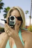 De holding van de vrouw camcorder Stock Afbeelding