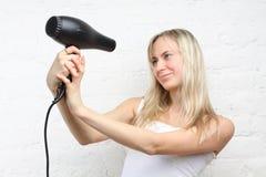 De holding van de vrouw hairdryer (nadruk op hairdryer) Stock Afbeelding