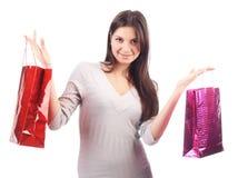 De holding van de vrouw het winkelen zak. Geïsoleerdn Royalty-vrije Stock Afbeelding
