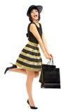 De holding van de vrouw het winkelen zakken Stock Afbeelding