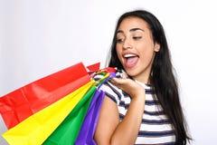 De holding van de vrouw het winkelen zakken Stock Fotografie