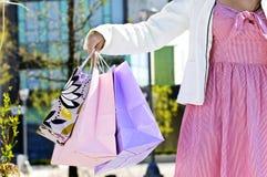 De holding van de vrouw het winkelen zakken Stock Foto