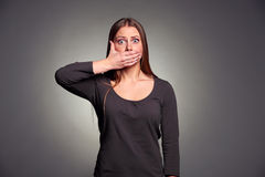 De holding van de vrouw overhandigt haar mond Stock Foto's