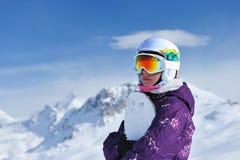 De holding van de vrouw snowboard Stock Foto's