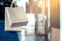 De holding van de vrouwenhand het winkelen zakken op de straat Royalty-vrije Stock Fotografie