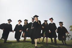 De Holding van groepsstudenten overhandigt Graduatieconcept stock foto's