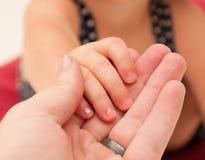 De Holding van het kind bemant Hand Royalty-vrije Stock Fotografie