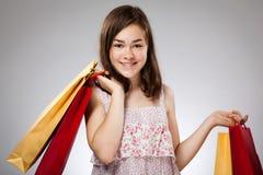 De holding van het meisje het winkelen zak Stock Foto's