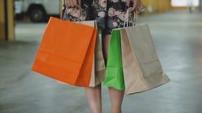De holding van de vrouw het winkelen zakken stock footage