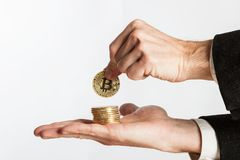 De holding van de zakenmanhand bitcoins Stock Afbeeldingen