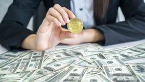 De holdings bitcoin gouden muntstuk van de bedrijfsmensen rijk handelaar voor bedrijfs bitcoin handelaaruitwisseling stock foto