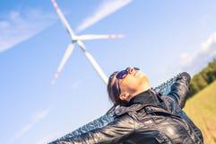 De holdings canvas-kaap en windturbine van het meisje op achtergrond Royalty-vrije Stock Fotografie