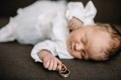 De Holdings Gouden Trouwring van de babyhand stock fotografie