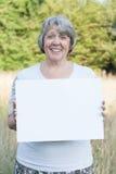 De holdings leeg teken van de vrouw Stock Fotografie