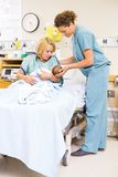 De Holdings Pasgeboren Baby van verpleegstersassisting woman in bij Royalty-vrije Stock Foto's