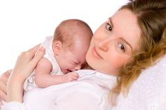 De holdings schreeuwende baby van de moeder stock foto