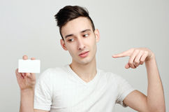 De holdingsadreskaartje van de mens. Royalty-vrije Stock Foto