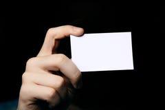 De holdingsadreskaartje van de mens. Sluit omhoog ontsproten stock fotografie