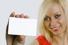 De holdingsadreskaartje van de vrouw Stock Afbeelding