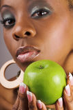 De holdingsappel van de vrouw Stock Foto's