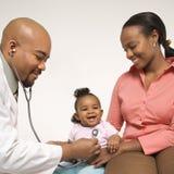 De holdingsbaby van de moeder voor pediater om te onderzoeken.