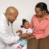 De holdingsbaby van de moeder voor pediater om te onderzoeken. Royalty-vrije Stock Afbeeldingen