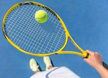 De holdingsbal van de tennisspeler op rackethof selfie stock foto