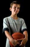 De holdingsbasketbal van de jongen Stock Fotografie