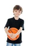 De holdingsbasketbal van het kind dat op wit wordt geïsoleerdE Stock Foto's