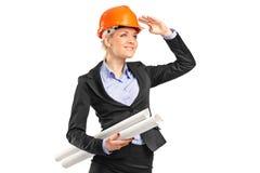 De holdingsblauwdrukken van de bouwvakker Stock Foto's