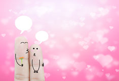 De holdingsbloem van de paarvinger en praatjedoos op bokeh roze hart Royalty-vrije Stock Fotografie