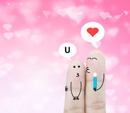 De holdingsbloem van de paarvinger en praatjedoos op roze hart bokeh Royalty-vrije Stock Fotografie