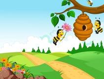 De holdingsbloem van het bijenbeeldverhaal en een bijenkorf met bosachtergrond Royalty-vrije Stock Foto