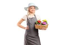 De holdingsbloemen van de bloemist Royalty-vrije Stock Afbeelding