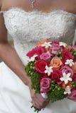 De holdingsbloemen van de bruid stock foto's
