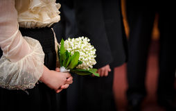 De holdingsbloemen van het bruidsmeisje Royalty-vrije Stock Foto's