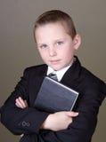 De holdingsboek van de jongen Royalty-vrije Stock Foto