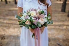 De holdingsboeket van de bruid van bloemen Stock Fotografie