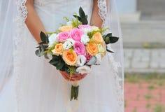 De holdingsboeket van de bruid Stock Foto's