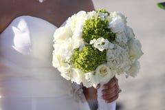 De holdingsboeket van de bruid Royalty-vrije Stock Afbeeldingen