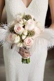De holdingsboeket van de bruid van rozen met veren Stock Foto